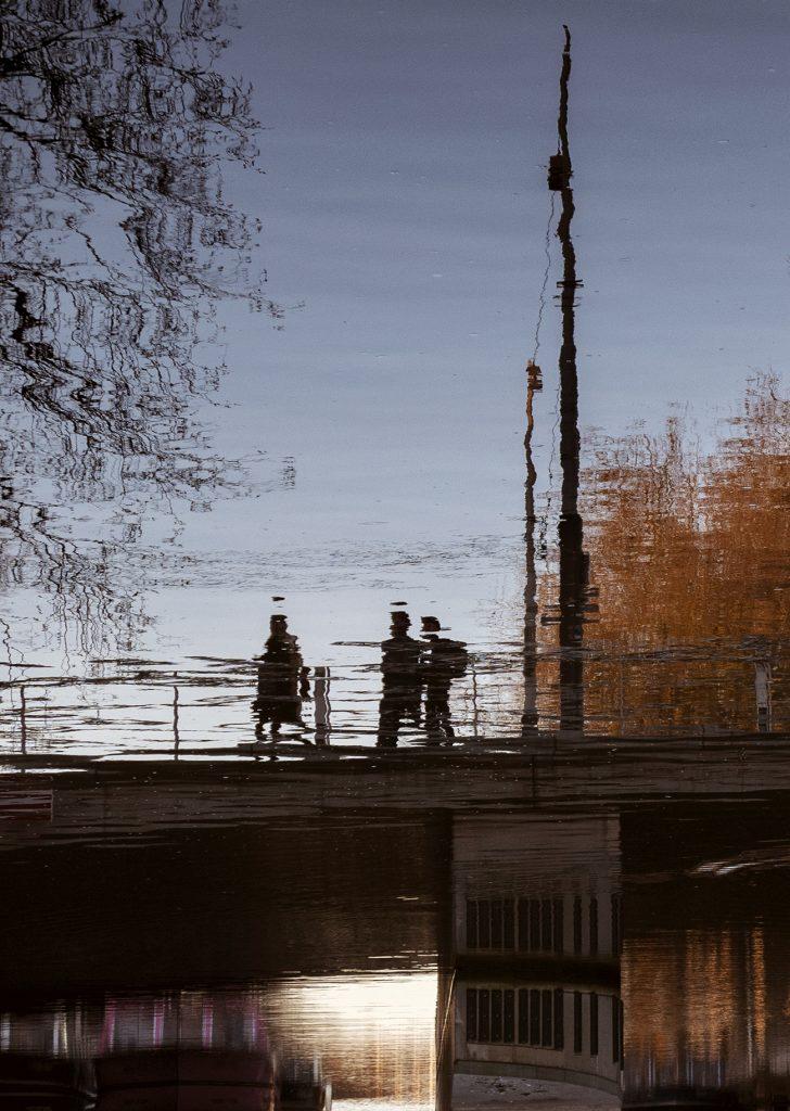 Mensen op een brug in Amsterdam