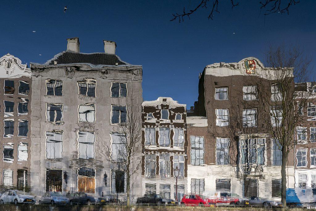 Reflectie van amsterdamse huizen