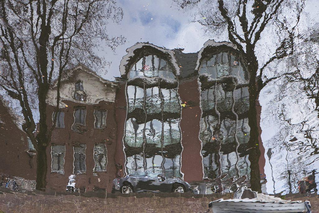 reflectie huizen in de gracht