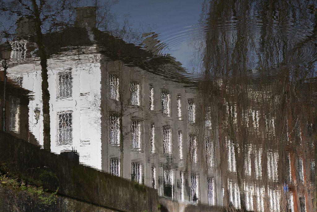 Reflectie van een huis in Amersfoort