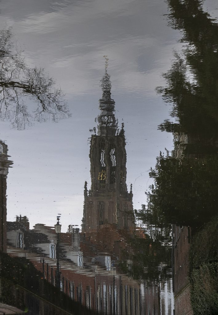 reflectie kerktoren in water